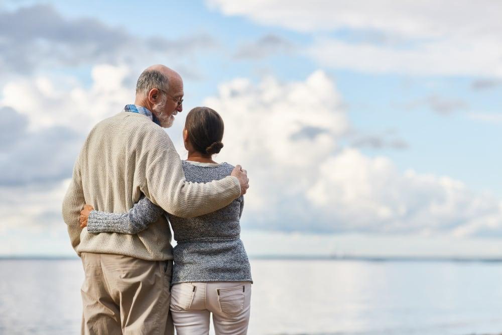 couple de retraités face à la mer