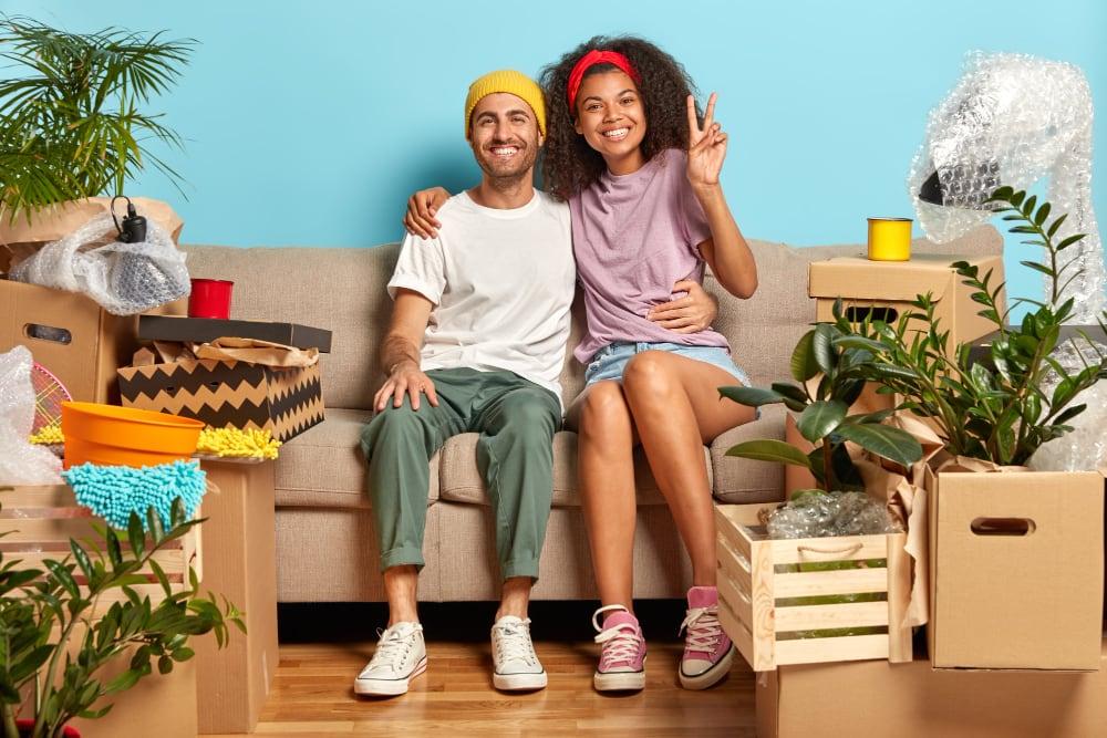 jeune couple qui déménage au Portugal